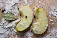 Καρυκεύματα μήλων, στο αλεύρι σε έναν τέμνοντα πίνακα Στοκ Φωτογραφία