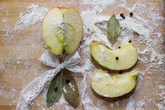 Καρυκεύματα μήλων, στο αλεύρι σε έναν τέμνοντα πίνακα Στοκ Εικόνες