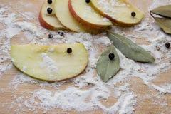 Καρυκεύματα μήλων, στο αλεύρι σε έναν τέμνοντα πίνακα Στοκ φωτογραφίες με δικαίωμα ελεύθερης χρήσης