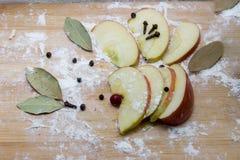 Καρυκεύματα μήλων, στο αλεύρι σε έναν τέμνοντα πίνακα Στοκ εικόνα με δικαίωμα ελεύθερης χρήσης