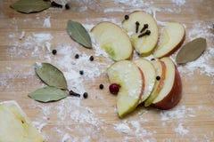 Καρυκεύματα μήλων, στο αλεύρι σε έναν τέμνοντα πίνακα Στοκ φωτογραφία με δικαίωμα ελεύθερης χρήσης