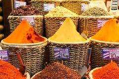 Καρυκεύματα στην επίδειξη στο μεγάλο Bazaar στη Ιστανμπούλ, Τουρκία Στοκ Φωτογραφία