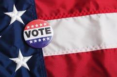 Καρφίτσα ΑΜΕΡΙΚΑΝΙΚΗΣ ψηφοφορίας στη σημαία στοκ εικόνα με δικαίωμα ελεύθερης χρήσης