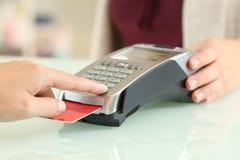 Καρφίτσα δακτυλογράφησης πελατών σε έναν αναγνώστη πιστωτικών καρτών Στοκ Εικόνα