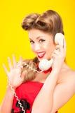 Καρφίτσα-επάνω στην ομιλία κοριτσιών στο αναδρομικό τηλέφωνο Στοκ φωτογραφία με δικαίωμα ελεύθερης χρήσης