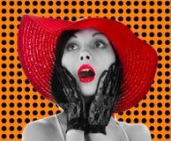 Καρφίτσα-επάνω στη γυναίκα με το κόκκινα καπέλο και τα χείλια Στοκ Εικόνες