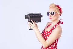 Καρφίτσα-επάνω στο κορίτσι με την εκλεκτής ποιότητας κάμερα Στοκ Φωτογραφία