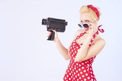 Καρφίτσα-επάνω στο κορίτσι με την εκλεκτής ποιότητας κάμερα Στοκ φωτογραφία με δικαίωμα ελεύθερης χρήσης