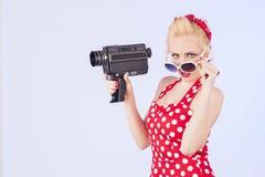 Καρφίτσα-επάνω στο κορίτσι με την εκλεκτής ποιότητας κάμερα Στοκ Φωτογραφίες