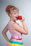 Καρφίτσα-επάνω στο κορίτσι με το μήλο στοκ εικόνα με δικαίωμα ελεύθερης χρήσης