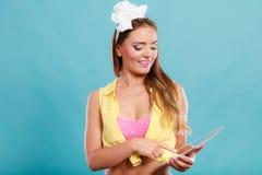 Καρφίτσα επάνω στο κορίτσι μόδας που κοιτάζει βιαστικά Διαδίκτυο στην ταμπλέτα PC Στοκ Εικόνες