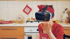 Καρφίτσα-επάνω στο κορίτσι στον εικονικό κόσμο που χρησιμοποιεί τη σύγχρονη συσκευή απόθεμα βίντεο