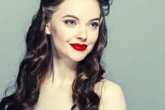 Καρφίτσα επάνω στο πορτρέτο γυναικών Όμορφο αναδρομικό θηλυκό στο φόρεμα σημείων Πόλκα με τα κόκκινα χείλια στοκ εικόνες με δικαίωμα ελεύθερης χρήσης