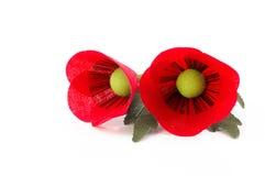 Καρφίτσα λουλουδιών δύο παπαρουνών υφάσματος στο άσπρο υπόβαθρο Στοκ Εικόνες