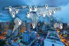 Καρφίτσα χαρτών επίπεδη παγκοσμιοποίηση παγκόσμιας στη σφαιρική χαρτογραφίας με την πόλη Στοκ φωτογραφία με δικαίωμα ελεύθερης χρήσης