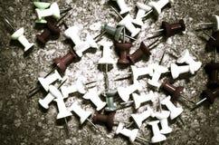 Καρφίτσες σε ένα corkboard Στοκ εικόνες με δικαίωμα ελεύθερης χρήσης