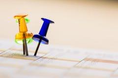 Καρφίτσες στο ημερολόγιο στοκ εικόνες