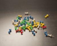 Καρφίτσες ώθησης πλαστικού και μετάλλων Στοκ εικόνες με δικαίωμα ελεύθερης χρήσης