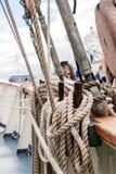 Καρφίτσες Belayingl σε ένα ψηλό σκάφος Στοκ φωτογραφίες με δικαίωμα ελεύθερης χρήσης