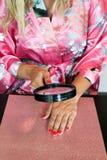 καρφί νυχιών βαμβακιού προσοχής που αφαιρεί το βερνίκι πατσαβουρών Στοκ Εικόνες