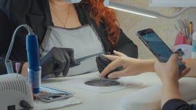 Καρφιά αρχειοθέτησης μανικιουριστών του θηλυκού πελάτη της Στοκ εικόνες με δικαίωμα ελεύθερης χρήσης