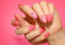 Καρφιά γυναικών ` s Manicured με το ρόδινο nailart με τα λουλούδια Στοκ φωτογραφίες με δικαίωμα ελεύθερης χρήσης