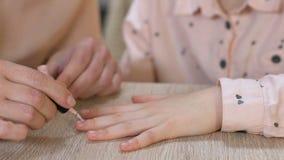 Καρφιά κορών ζωγραφικής μητέρων, που διδάσκουν το μανικιούρ, ασφαλή καλλυντικά παιδιών φιλμ μικρού μήκους