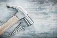 Καρφιά μετάλλων σφυριών νυχιών στην ξύλινη έννοια κατασκευής πινάκων Στοκ φωτογραφίες με δικαίωμα ελεύθερης χρήσης