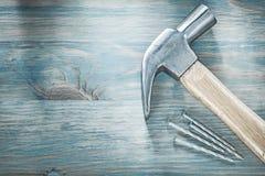 Καρφιά μετάλλων σφυριών νυχιών στην ξύλινη κατασκευή άποψης πινάκων τοπ ομο Στοκ φωτογραφία με δικαίωμα ελεύθερης χρήσης