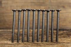Καρφιά σε μια ξύλινη σανίδα Στοκ Εικόνα