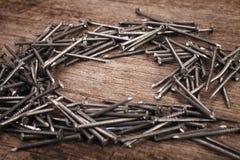 Καρφιά σιδήρου στο ξύλινο υπόβαθρο Στοκ φωτογραφία με δικαίωμα ελεύθερης χρήσης