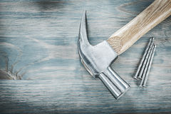 Καρφιά σφυριών νυχιών στην εκλεκτής ποιότητας ξύλινη έννοια κατασκευής πινάκων Στοκ φωτογραφίες με δικαίωμα ελεύθερης χρήσης