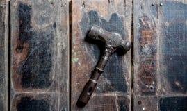 Καρφιά σφυριών στο ξύλινο πάτωμα Στοκ φωτογραφίες με δικαίωμα ελεύθερης χρήσης