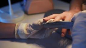Καρφιά του πελάτη αρχείων Beautician απόθεμα βίντεο