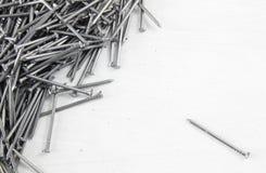 Καρφιά χάλυβα στον ξύλινο πίνακα Στοκ Εικόνα