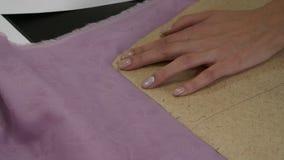 Καρφωμένο χέρια σχέδιο γυναικών ` s στο ύφασμα απόθεμα βίντεο
