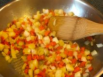 Καρότα και κρεμμύδια στο τηγάνι Στοκ εικόνα με δικαίωμα ελεύθερης χρήσης