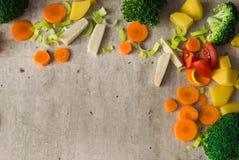 Καρότα, μπρόκολο, ρίζα μαϊντανού, πράσο, ντομάτα και πατάτες σε μια γκρίζα πέτρα Στοκ Εικόνες