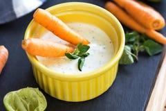 Καρότα μωρών με την ελληνική εμβύθιση γιαουρτιού Στοκ Εικόνες