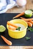 Καρότα μωρών με την ελληνική εμβύθιση γιαουρτιού Στοκ Φωτογραφία