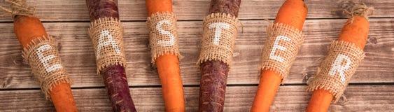 Καρότα Πάσχας σε ένα ξύλινο υπόβαθρο στο αγροτικό ύφος Στοκ φωτογραφία με δικαίωμα ελεύθερης χρήσης