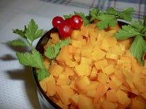 Καρότα που χωρίζονται σε τετράγωνα σε ένα κύπελλο Στοκ Φωτογραφία