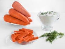 Καρότα, ραβδιά καρότων και ξινή κρέμα στο άσπρο υπόβαθρο Στοκ φωτογραφίες με δικαίωμα ελεύθερης χρήσης