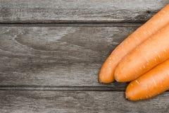Καρότα στον ξύλινο τρύγο ύφους υποβάθρου Στοκ Φωτογραφίες
