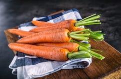 καρότο καρότα δεσμών φρέσκα καρότα μωρών που απομονώνονται Ακατέργαστα φρέσκα οργανικά πορτοκαλιά καρότα Υγιή vegan φυτικά τρόφιμ στοκ εικόνα