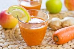 Καρότο με τη Apple και το χυμό πιπεροριζών Στοκ Εικόνες