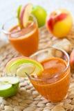 Καρότο με τη Apple και το χυμό πιπεροριζών Στοκ εικόνες με δικαίωμα ελεύθερης χρήσης