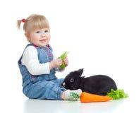 καρότο μωρών που ταΐζει το αστείο κουνέλι μαρουλιού Στοκ εικόνες με δικαίωμα ελεύθερης χρήσης