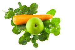 Καρότο φύλλων ασβέστη Kaffir και πράσινο μήλο που απομονώνονται Στοκ Εικόνες