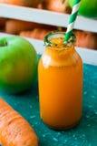 Καρότο-Apple φρέσκια σε ένα μπουκάλι γυαλιού Στοκ εικόνες με δικαίωμα ελεύθερης χρήσης